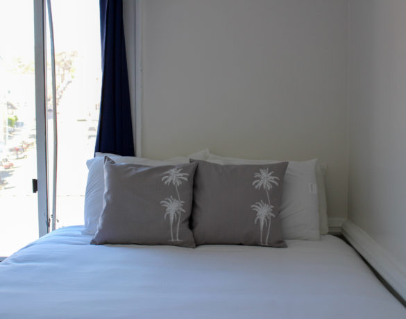 Jack-&-Jill-Queen-Bed-Middle-Room-(4)